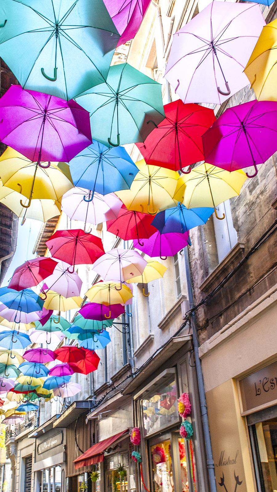In der Rue des Fourbisseurs sind kunterbunte Schirme zwischen den Hauswänden aufgespannt. Foto: Hilke Maunder