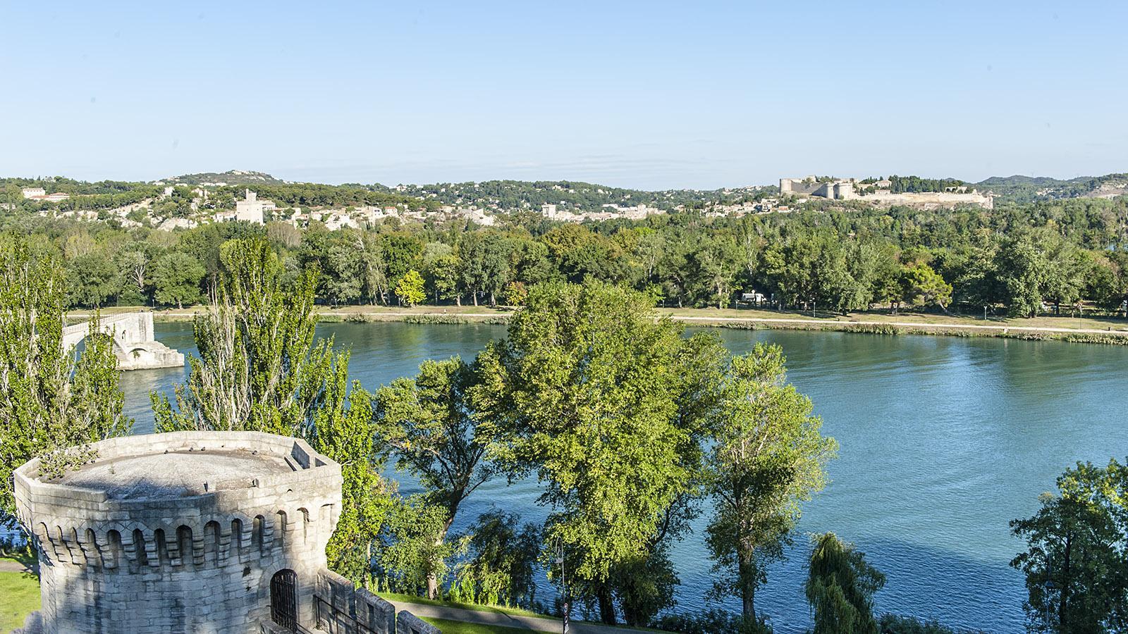Flusskreuzfahrt in Frankreich: Die Rhône mit der berühmten Brücke von Avignon. Foto: Hilke Maunder