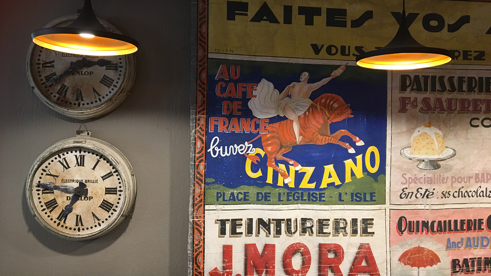 """Restaurants in Avignon: Im """"Verso"""" schmückt alte Reklame die Wände. Foto: Hilke Maunder"""