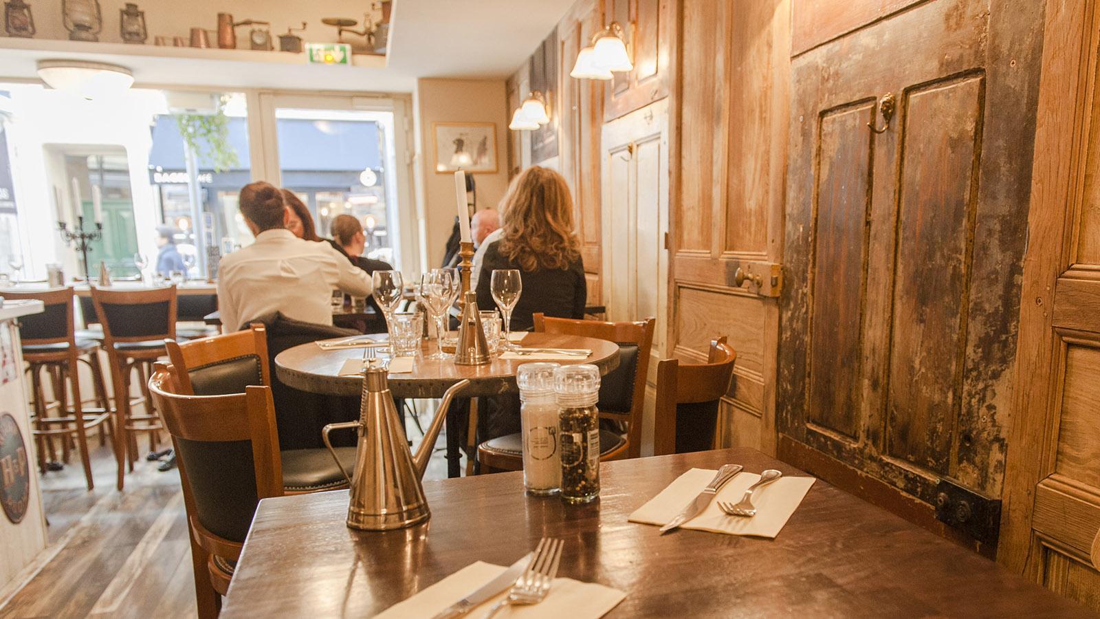 Auf den Spuren von Commissaire Duval. Volkstümllich und doch mdoern: Mittagslokal in der Rue Meynadier. Foto: Hilke Maunder