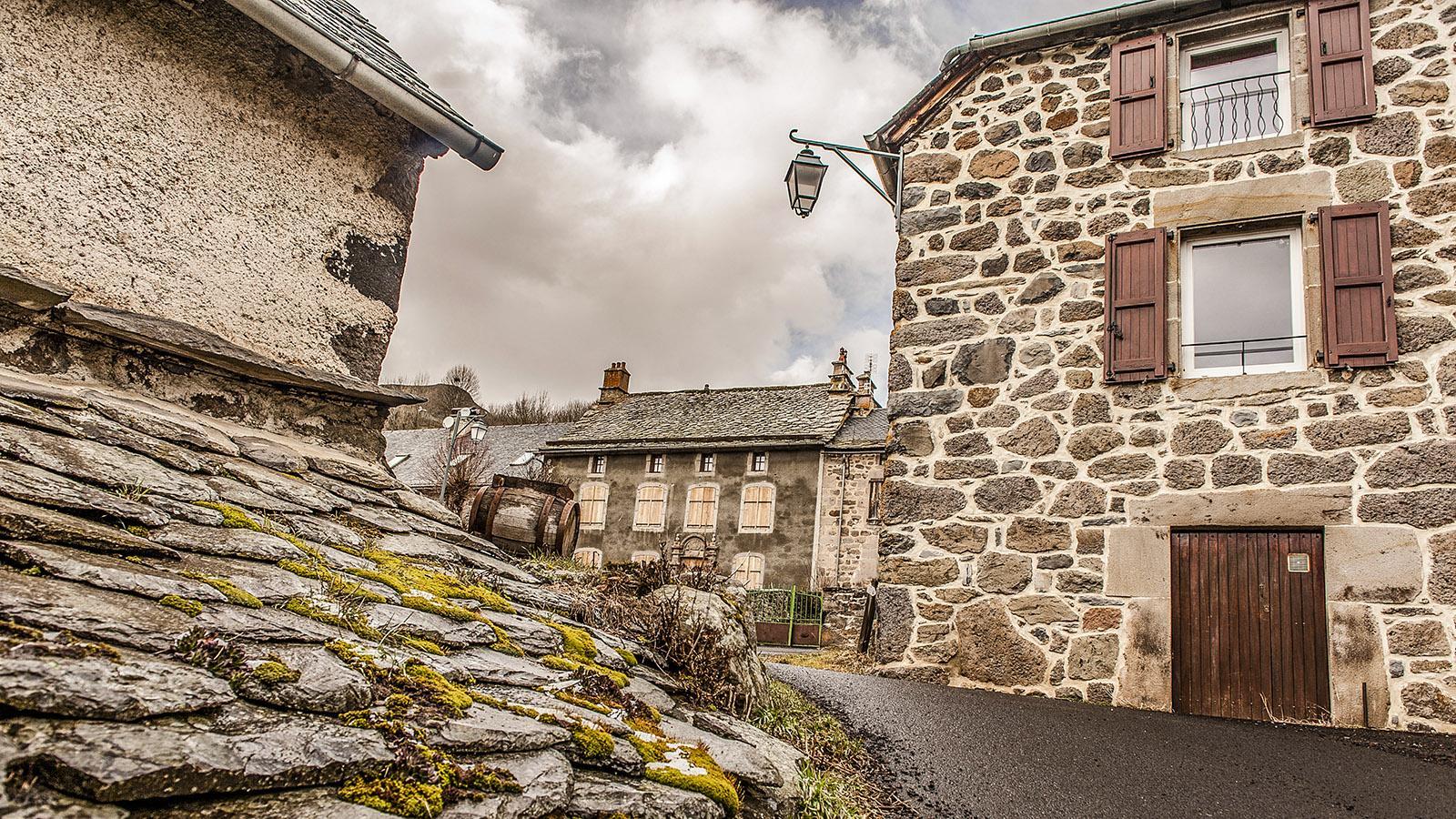 Auvergne: trutziges Dorf in Feldstein und Granit: Dienne. Foto: Hilke Maunder