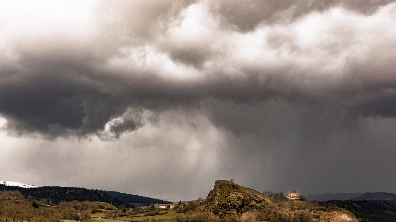 Auvergne: Wettergewaltig: Albepierre im Cantal. Foto: Hilke Maunder