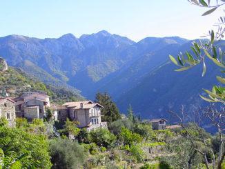 Train des Merveilles: Im HInterland von NIzza hängen die Dörfer an den Hängen der Berge –Ackerbau ist hier nur auf Terrassen möglich. Foto: Hilke Maunder