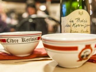 Cidre aus der Bretagne - traditionell wird er aus großen Tassen genossen! Foto: Hilke Maunder