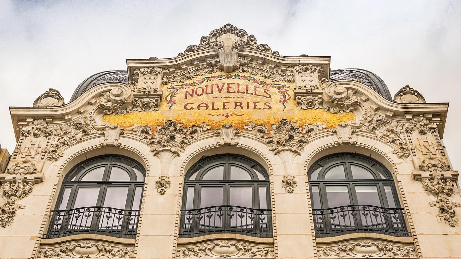 Auvergne: Belle-Époque-Schönheit: Die Fassade der Nouvelles Galeries von Moulins. Foto: Hilke Maunder