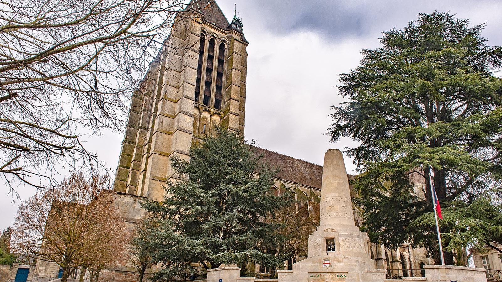 Noyons: das Kriegerdenkmal vor der Kathedrale. Foto: Hilke Maunder
