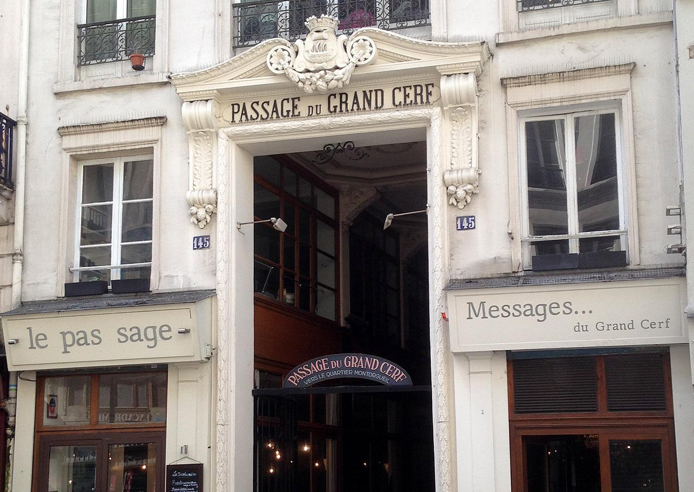 Pariser Passagen: Die Passage du Grand Cerf, Eingang Rue Saint-Denis. Foto: Hilke Maunder