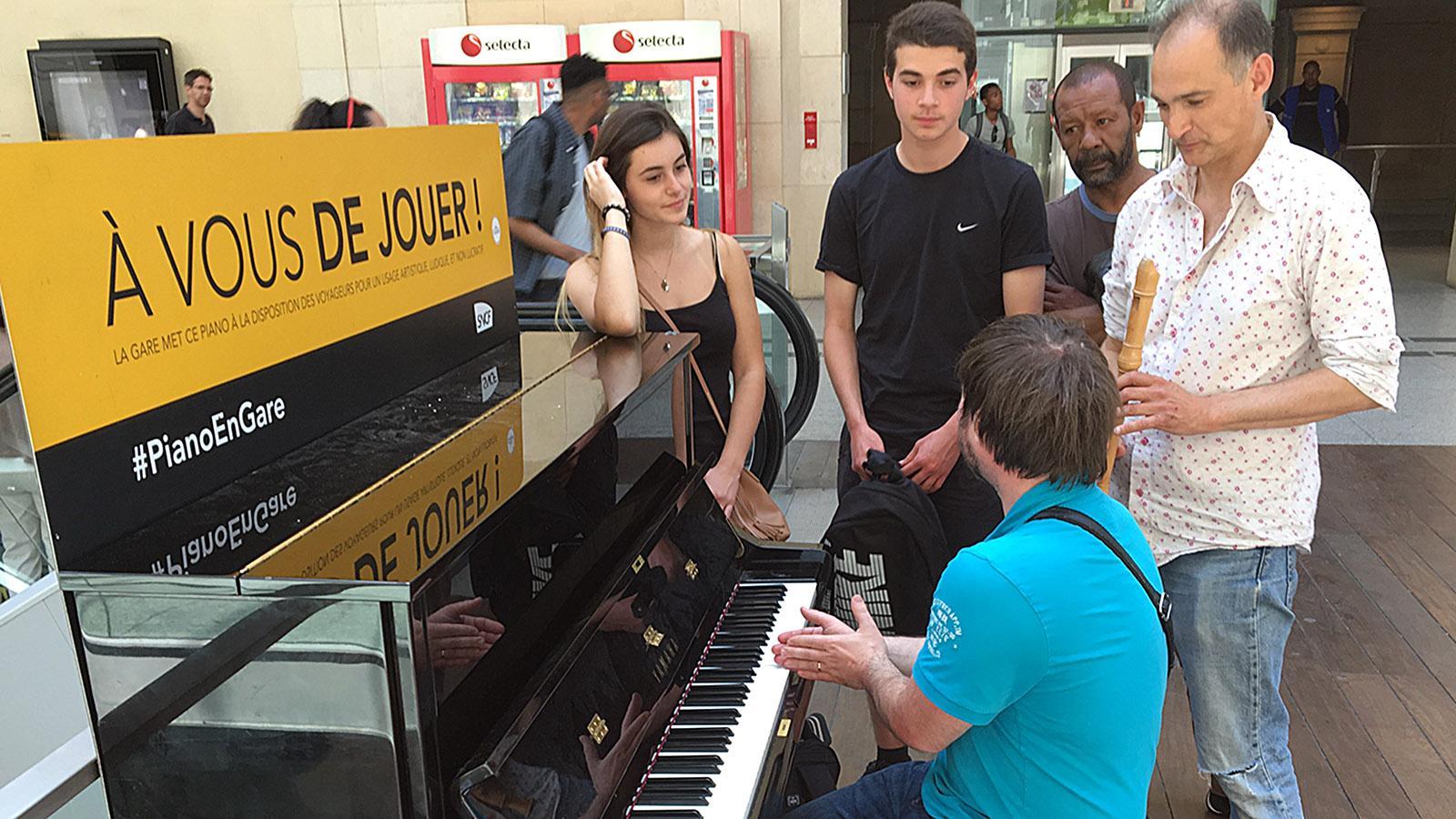 Musik im Bahnhof: in Paris wie in Marseille. Reisende und Besucher sind eingeladen, selbst einmal zu musizieren. Foto: Hilke Maunder