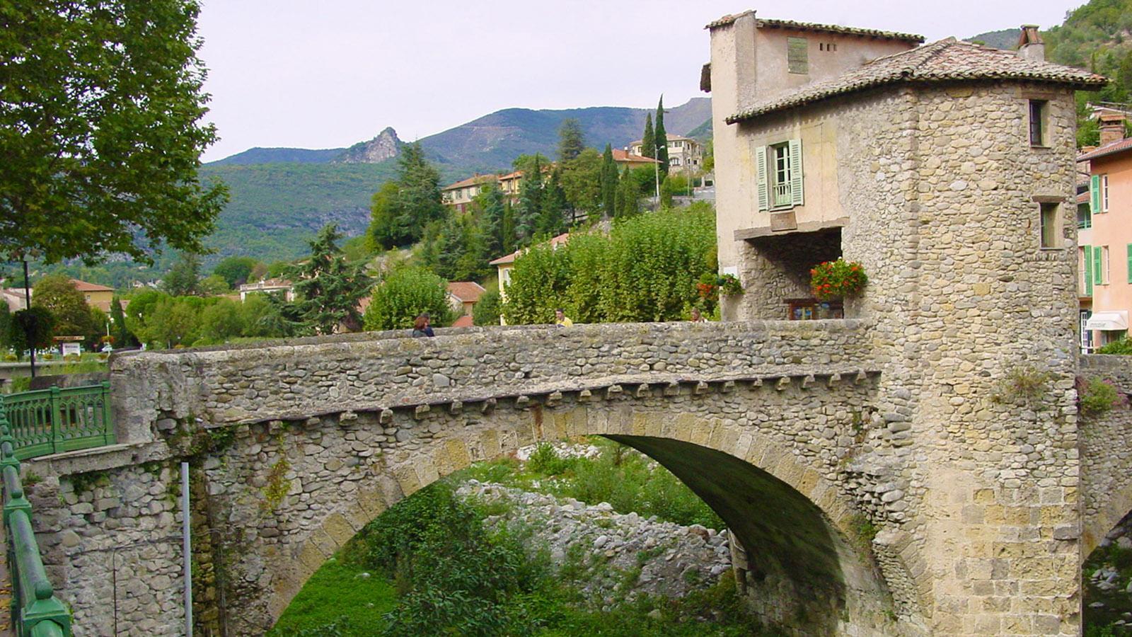 Die mittelalterliche Brücke mit Mautturm überspannt in Sospel das Flüsschen Bévéra. Foto: Hilke Maunder