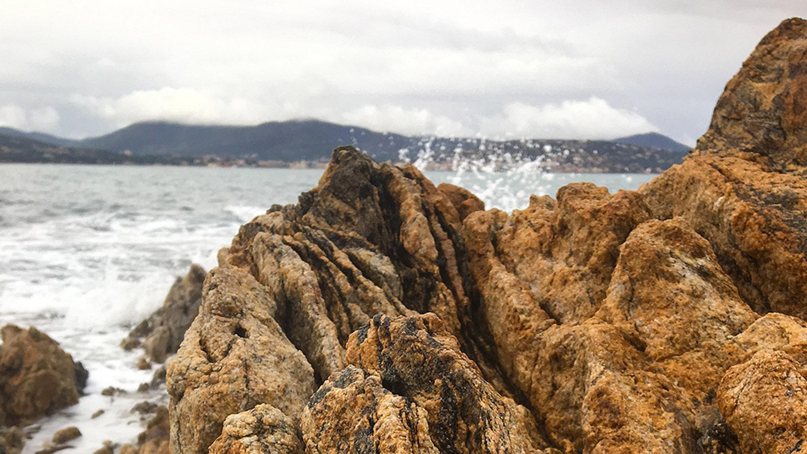 Immer wieder eröffnen sich tolle Blick auf die Bucht von Saint-Tropez.