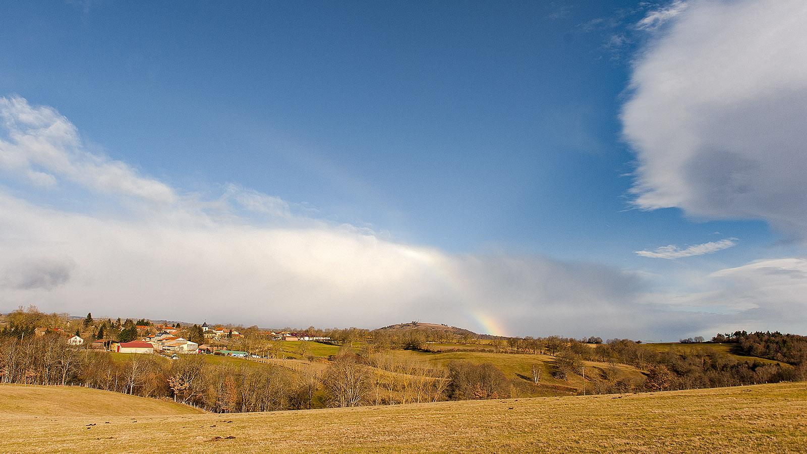 Auvergne: Ein Hauch von Regenbogen über Sainte-Marie-le-Plan. Foto: Hilke Maunder