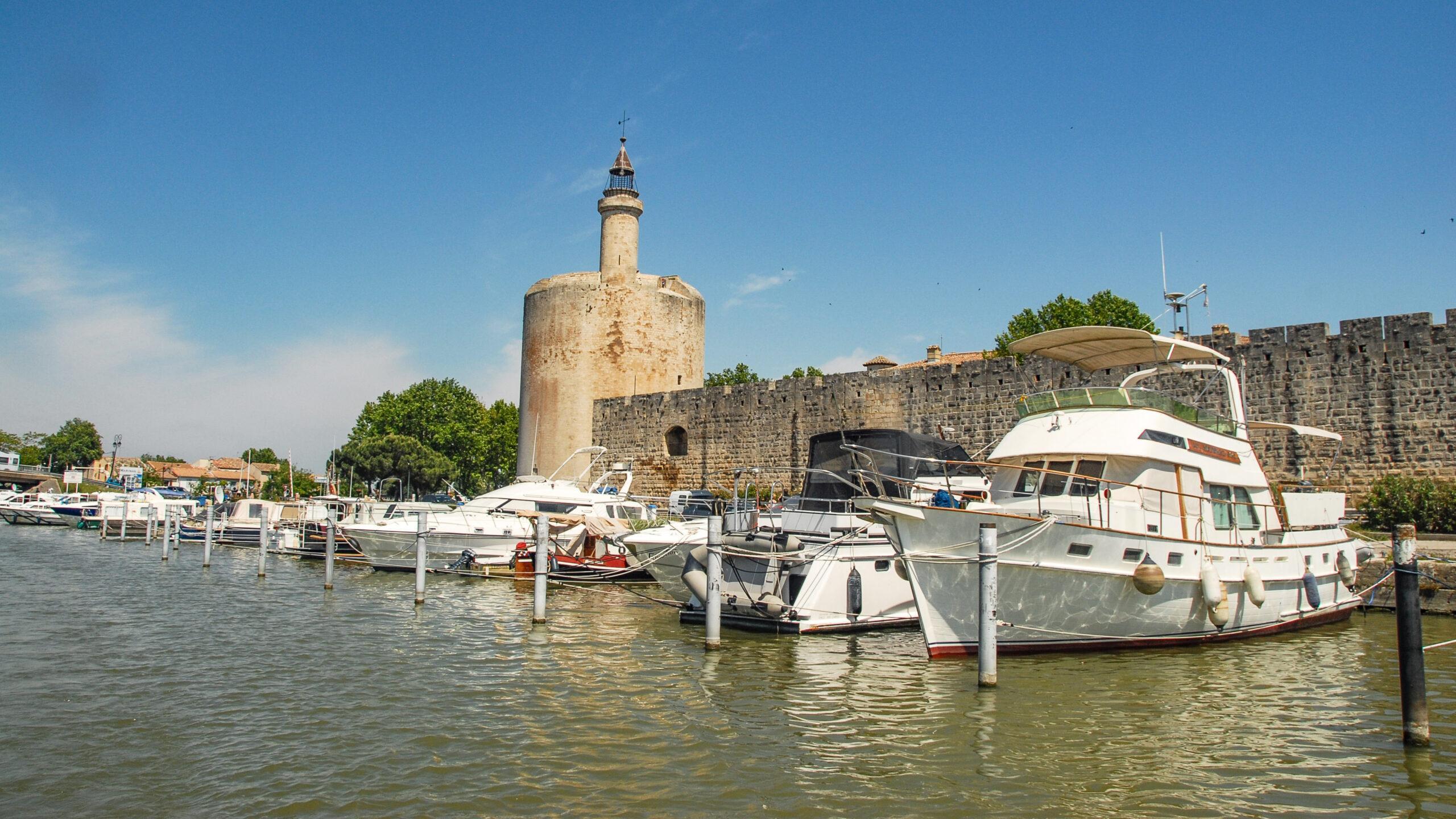 Blick vom Kanal nach Aigues-Mortes auf die Stadtmauer der Altstadt mit Tour Constance. Foot: Hlke