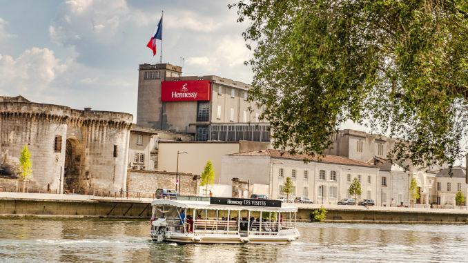 Der Cognacfabrikant Hessessy hat seinen Stammsitz direkt am Ufer der Charente. Foto: Hilke Maunder
