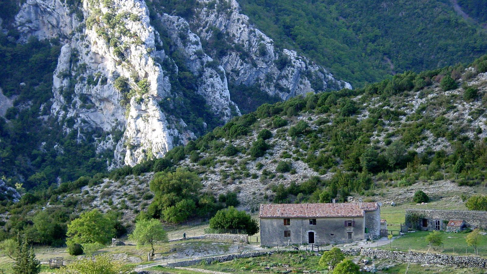 Gorges-du-Verdon: Ein Bauernhof versteckt sich bei La Palud-du-Verdon in der Schlucht. Foto: Hilke Maunder