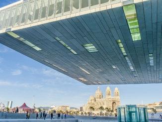 Marseille: Blick von der Villa Méditerranée über die Hafenpromenade zur Kathedrale La Joliette. Foto: Hilke Maunder