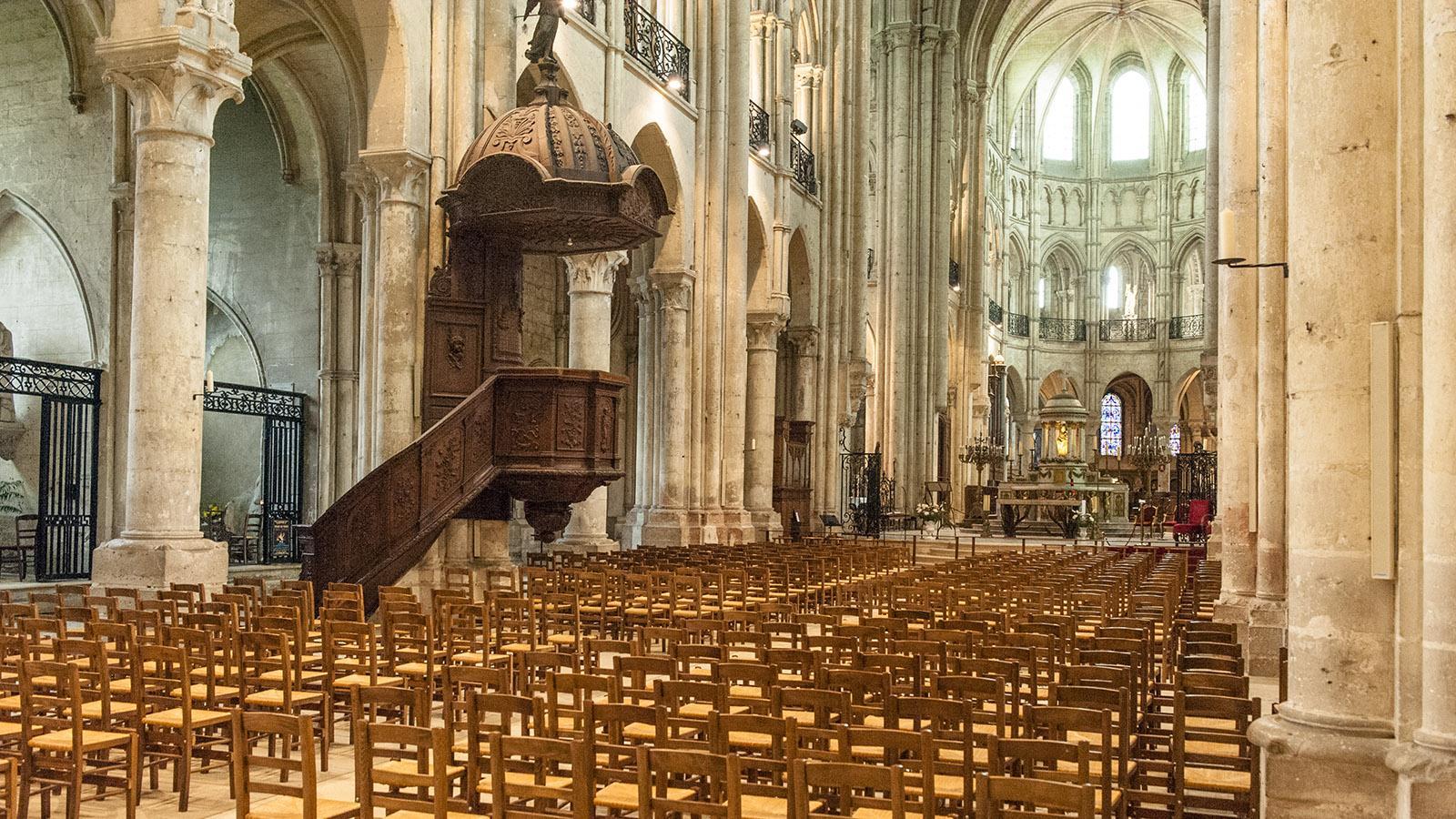 Das Kirchenschiff der Kathedrale von Noyon mit der holzgeschnitzten Kanzel. Foto: Hilke Maunder