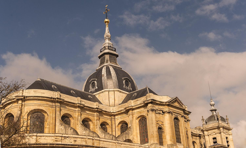 Die Kathedrale überragt das Quartier Saint-Louis. Foto: Hilke Maunder