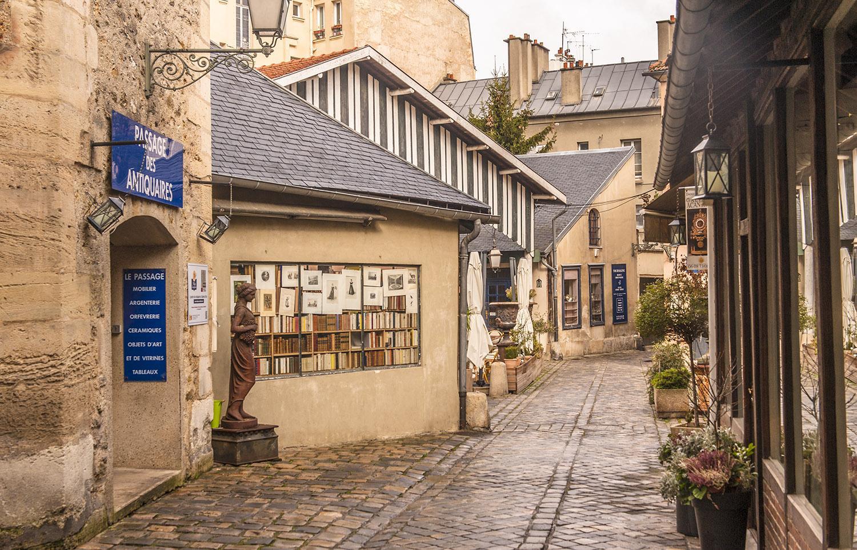 Ein Dorf voller Nostalgie: Das Village des Antiquitaires. Foto: Hilke Maunder