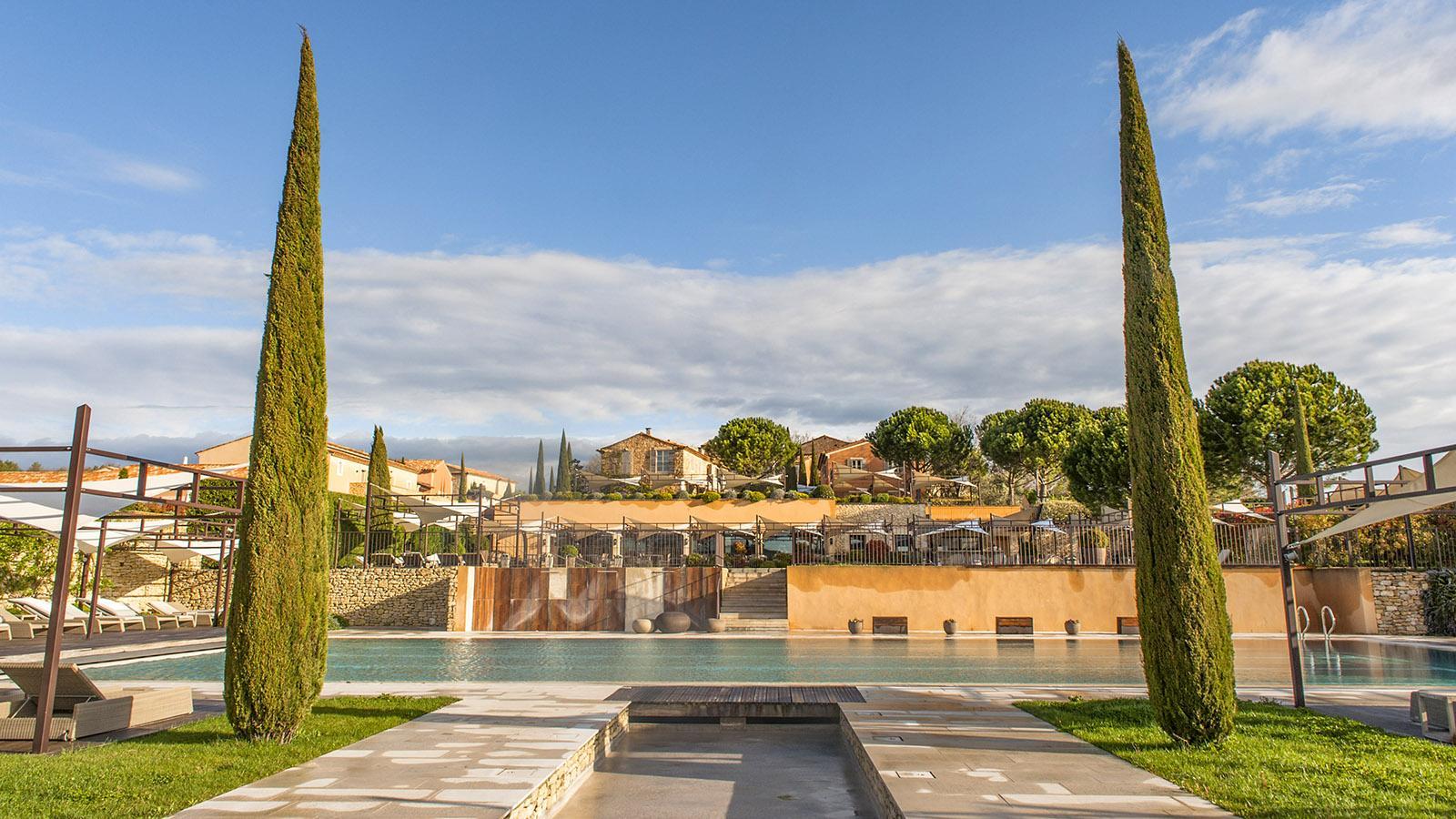 Luberon: Blick auf das Feriendorf La Coquillade vom großen Pool aus. Foto: Hilke Maunder