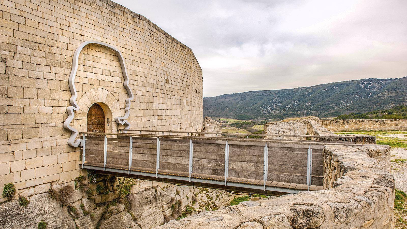 Luberon: Die Burg von Lacoste – von Pierre Cardin saniert. Er hat sein Konterfei am Eingang verewigt. Foto: Hilke Maunder