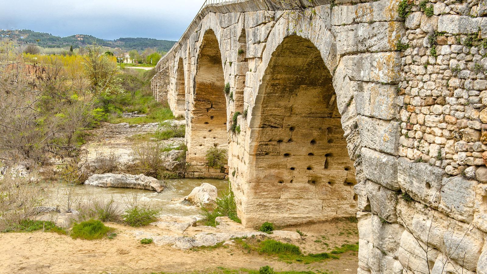 Seit Römertagen überspannt der Pont Julien den Cavaillon. Foto: Hilke Maunder