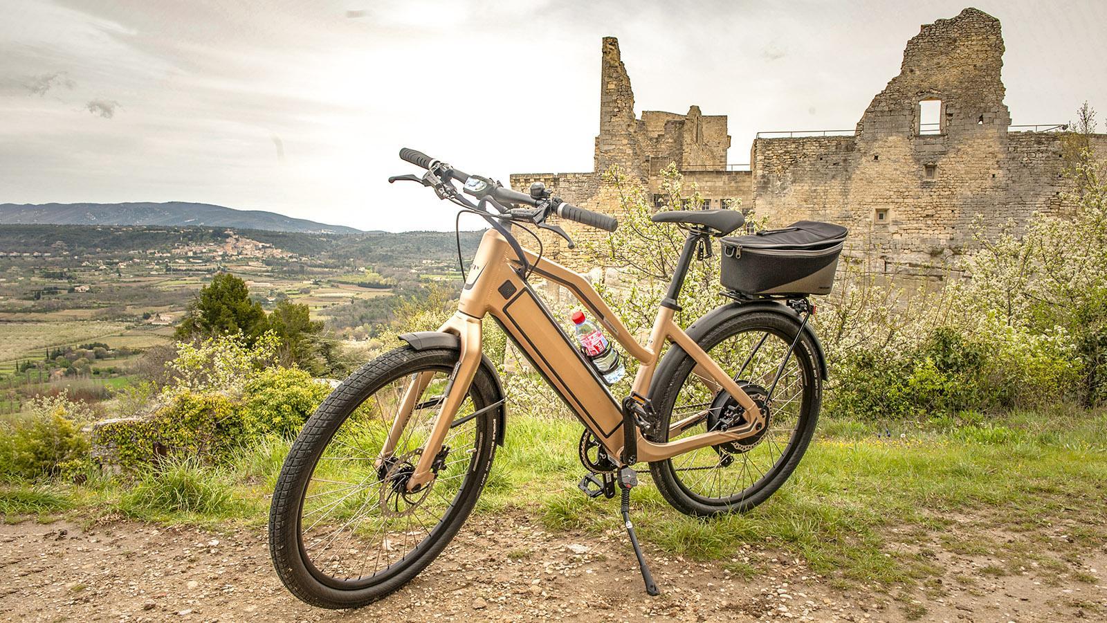 Luberon: Mit dem e-Bike saust ihr entspannt durch das Hügelland. Foto: Hilke Maunder