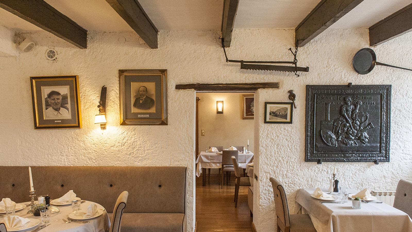 Auberge de la Klauss: Der Gasthofgründer blickt links von der Tür euch an. Foto: Hilke Maunder