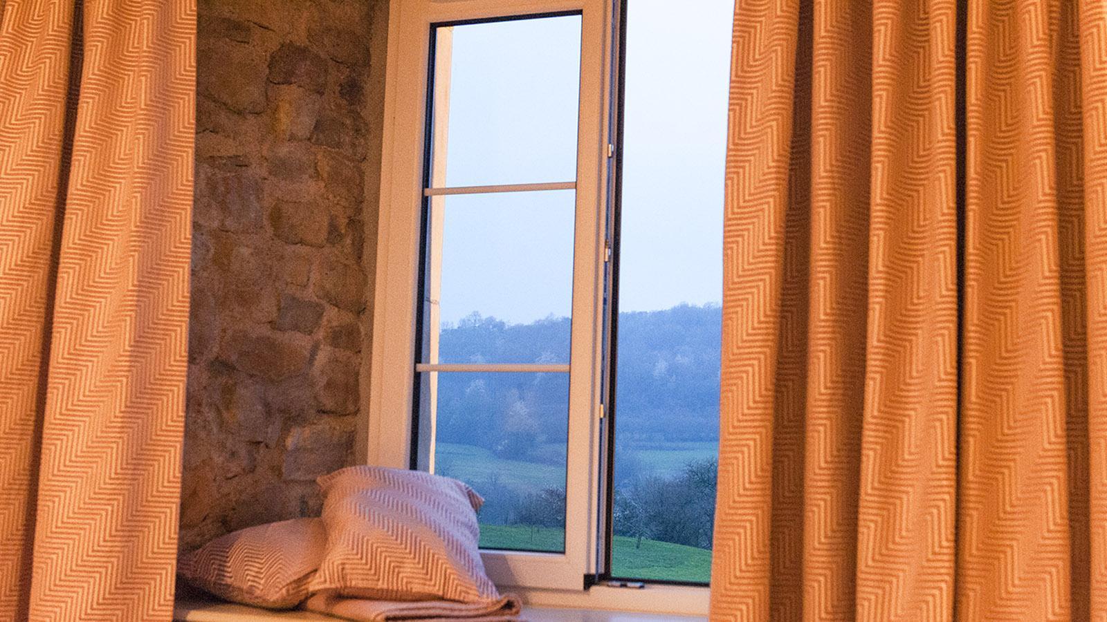 Domaine de la Klauss: Morgens beim Aufwachen: der Blick auf einen der sieben Hügel von Montenach. Foto: Hilke Maunder