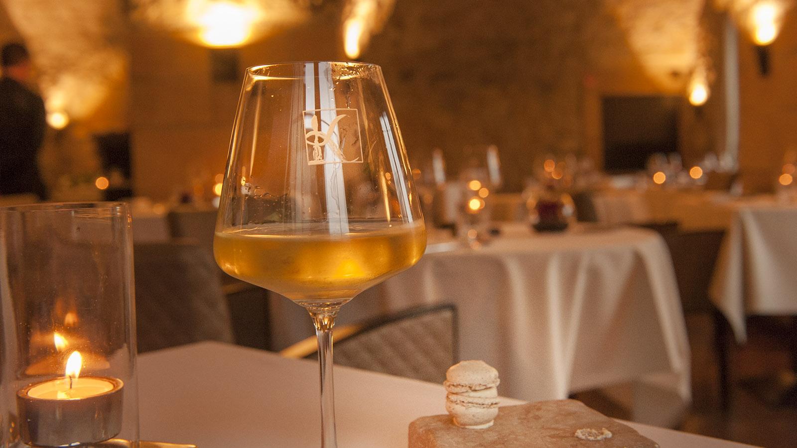 Domaine de la Klauss: Nussiger Macaron mit Petersiliencreme: der Gruß aus der Küche. Foto: Hilke Maunder