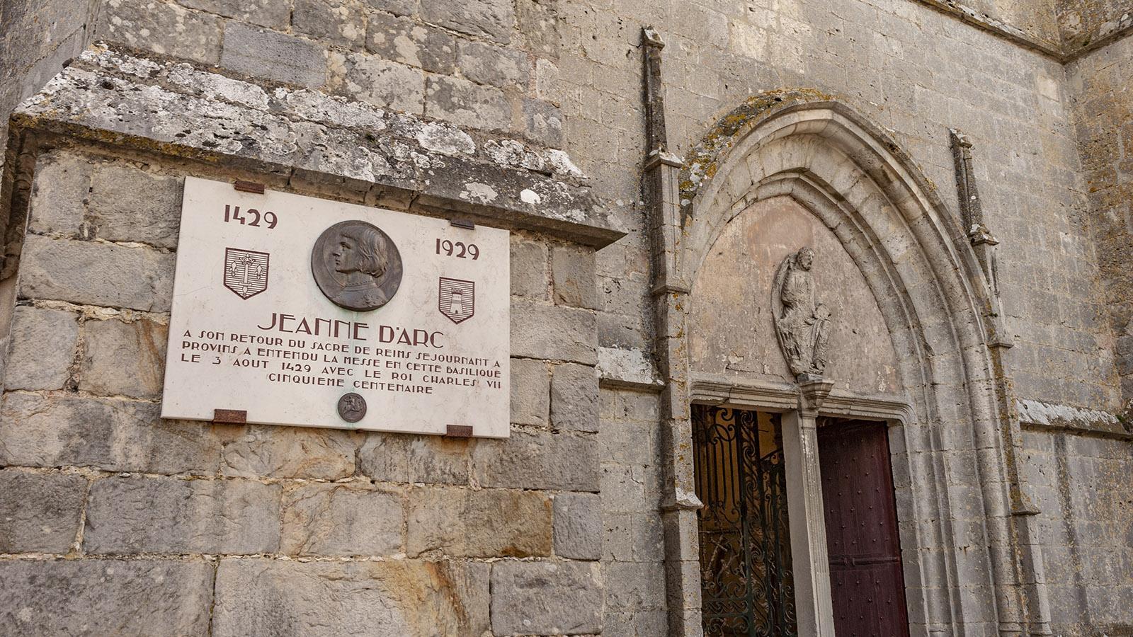 Provins: Am Eingang verrät eine Steintafel auf der Fassade: 1429 besuchteJeanne d'Arc das Chorherrenstift, als sie Charles VII. auf dem Rückweg von seiner Krönung zum König von Frankreich in Reims begleitete. Foto: Hilke Maunder