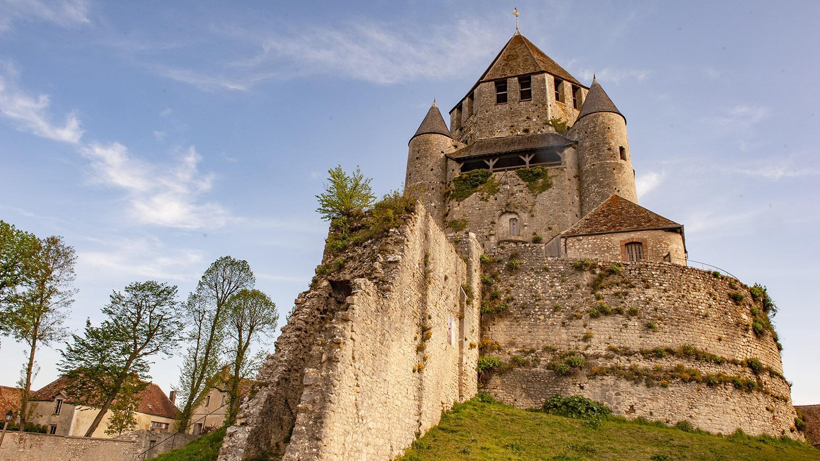 Provins: Der Bergfried der Tour César mit Überresten der Stadtmauer. Foto: Hilke Maunder