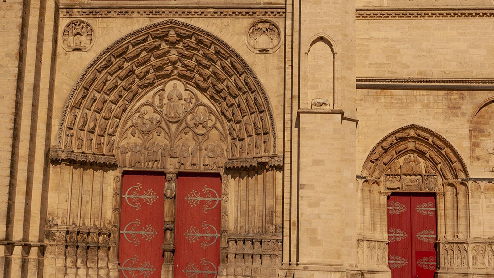 Das seitliche Portal der Kathedrale von Sens am Platz zum Bischofspalast. Foto: Hilke Maunder