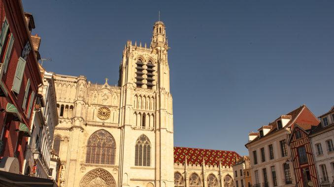 Sens: Die Cathédrale Saint-Étienne ist eine imposante Ikone der Gotik mit herrlichen Buntglasfenstern. Foto: Hilke Maunder