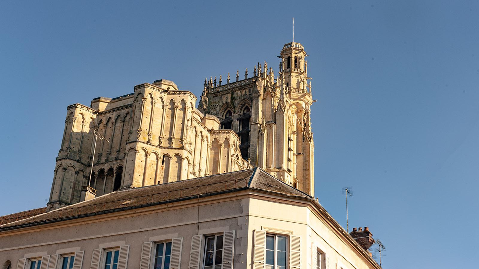 Die Kathedrale von Sens erhebt sich hoch aus dem Häusermeer. Foto: Hilke Maunder