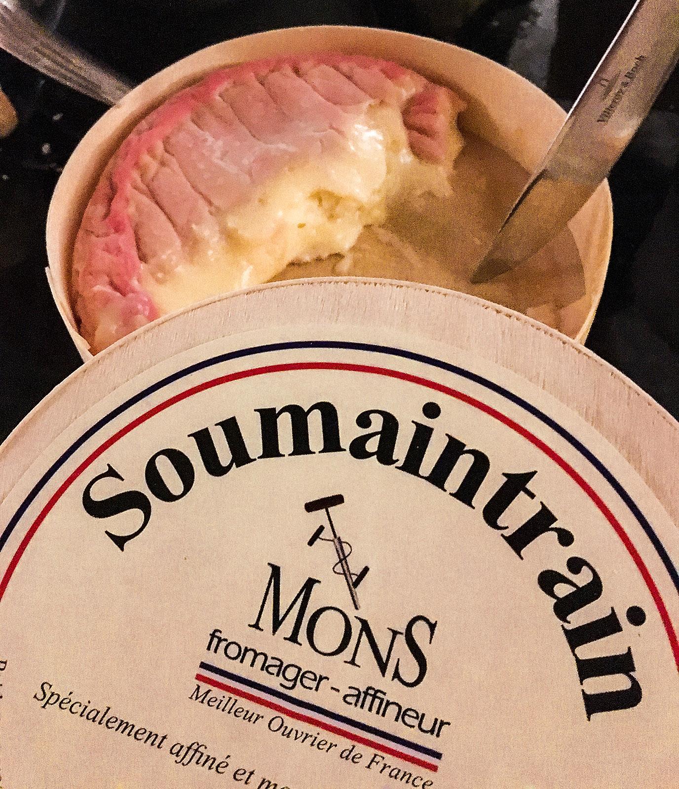 Sens: In einem ehemaligen Eisenbahntunnel lässt Hervé Mons den Käse reifen. Auch der Soumaintrain ist dem Käse-Veredler perfekt gelungen. Foto: Hilke Maunder