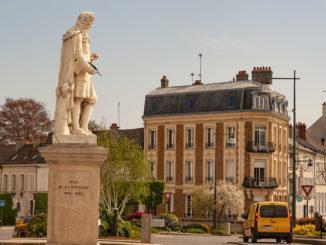 Château-Thierry: vom Verkehr umbraust - das Denkmal des Fabeldichters Jean de la Fontaine
