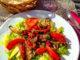 Ein frischer Salat auf einer Terrasse: Lebensart à la Nizza. Foto: Hilke Maunder