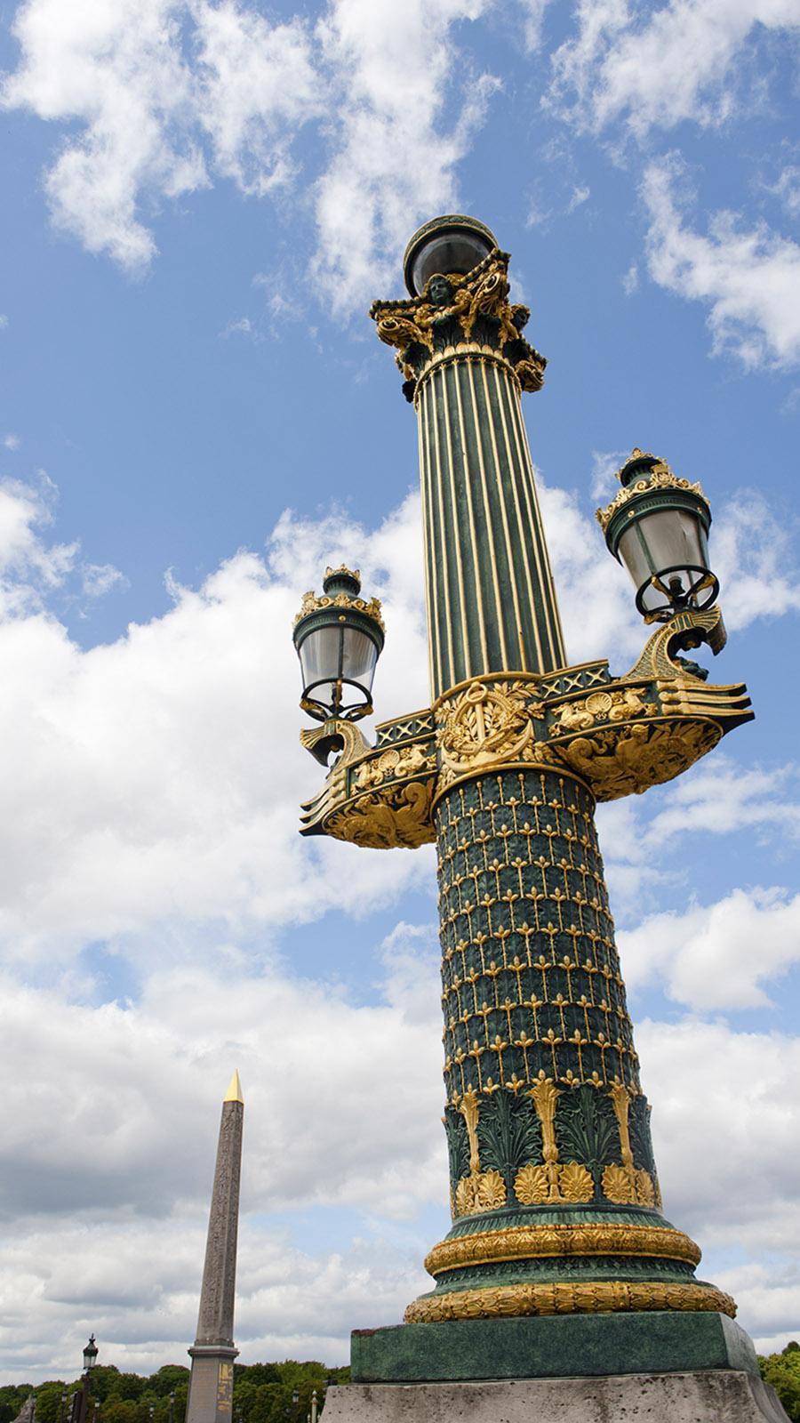 Schmuckvoll: die Leuchten der Place de la Concorde. Foto: Hilke Maunder