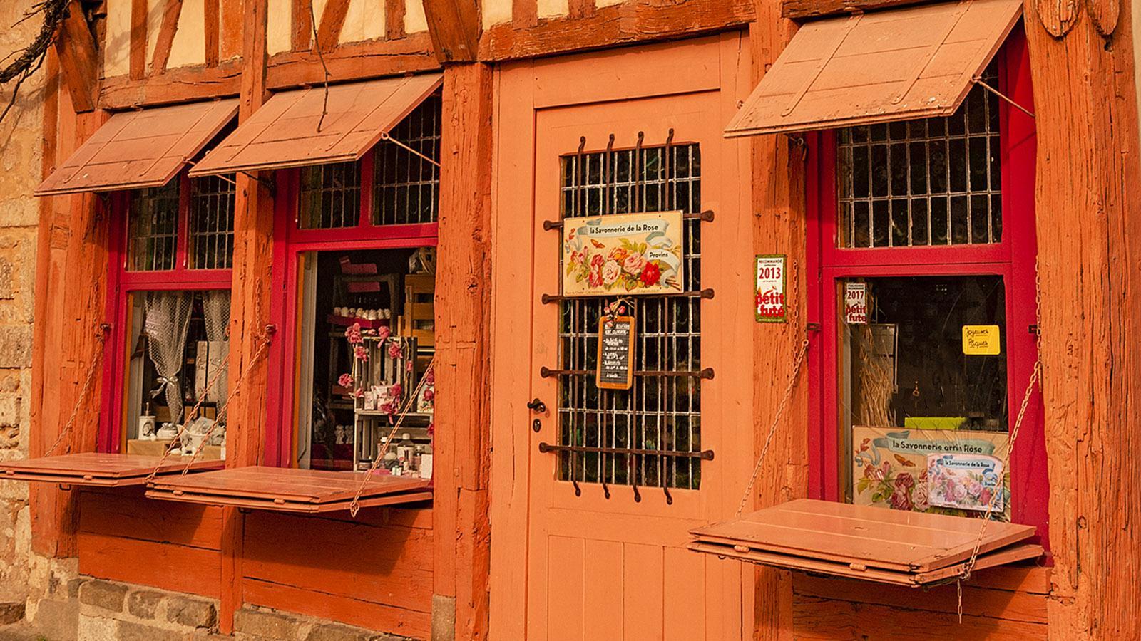 Provins: Nostalgisch und knallig: die Verkaufsklappe eines Ladens an der Place du Châtel. Foto: Hilke Maunder