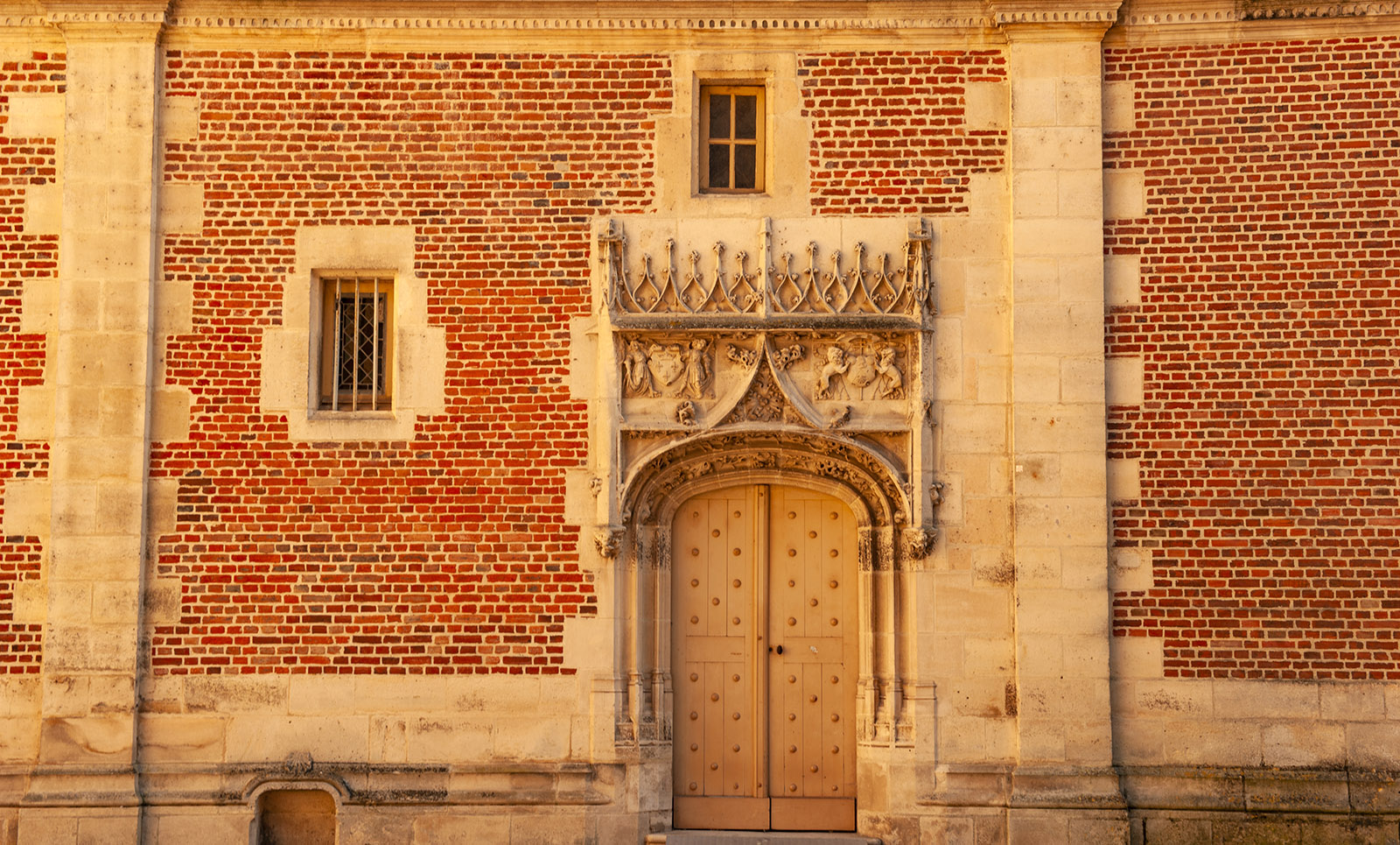 Backstein und Sandstein: die Fassade des Erzbischöflchen Palais von Sens. Foto: Hilke Maunder