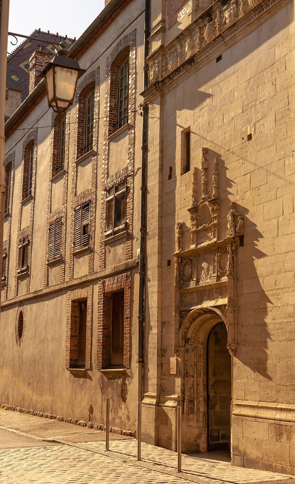 Sens: Der einstige Bischofspalast zur Rue Déportées et de la Résistance. Foto; Hilke Maunder