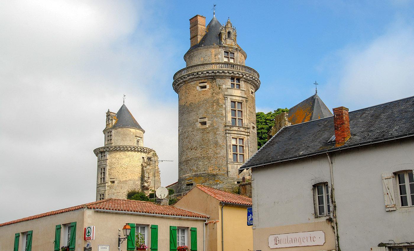 Apremont in der Vendée wird bekrönt von seiner Burg. Foto: Hilke Maunder