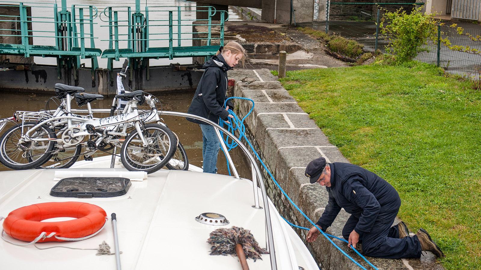 Hausbootrevier Vilaine: Laurent und Lara an der ersten Schleuse. Foto: Hilke Maunder