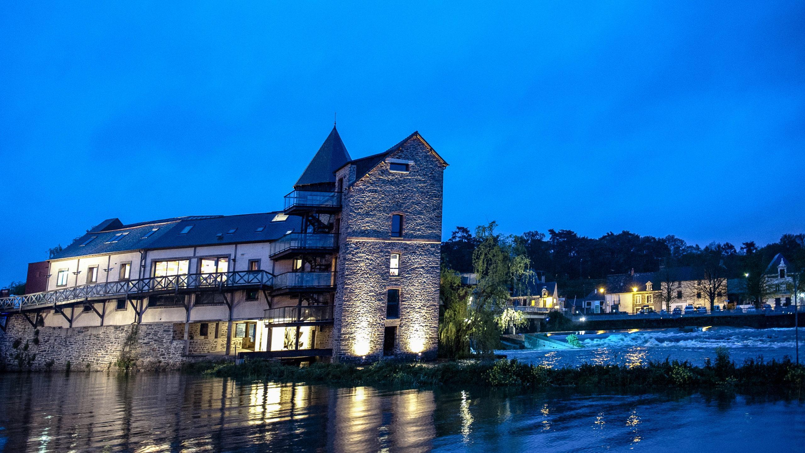 Blaue Stunde an Vilaine mit Blick auf das Wehr von Messac. Foto: Hilke Maunder