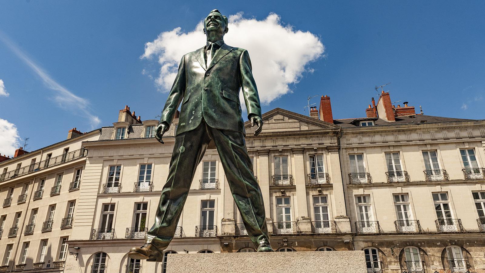 """Nantes: Place Bouffay . """"Éloge du pas de côté"""" nennt sich die ungewöhnliche Bronzeskulptur von Philippe Ramette. Foto: Hilke Maunder"""
