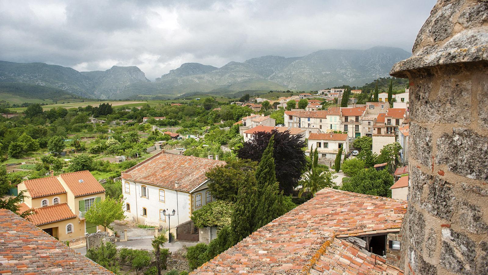 Saint-Paul-de-Fenouillet: Der Blick vom siebeneckigen Glockenturm des Chapître gen Norden, hin zu den Gorges de Galamus. Foto: Hilke Maunder