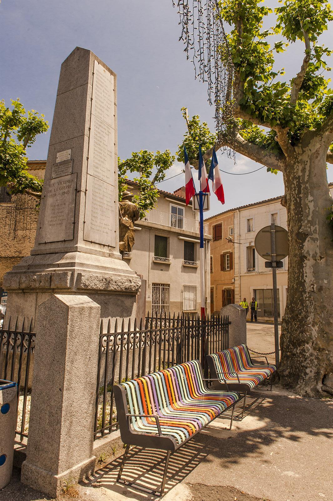 Saint-Paul-de-Fenouillet: Bänke im Bayadère-Streifenmuster - eine Hommage an den katalanischen Stofffabrikanten Toiles du Soileil. Foto: Hilke Maunder