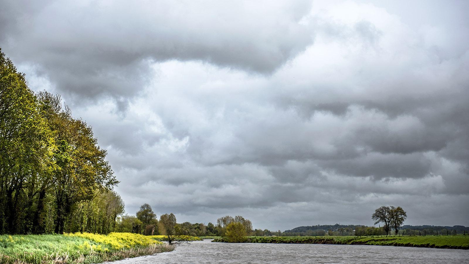Hoch spannt sich der Himmel über die Vilaine. Foto: Hilke Maunder