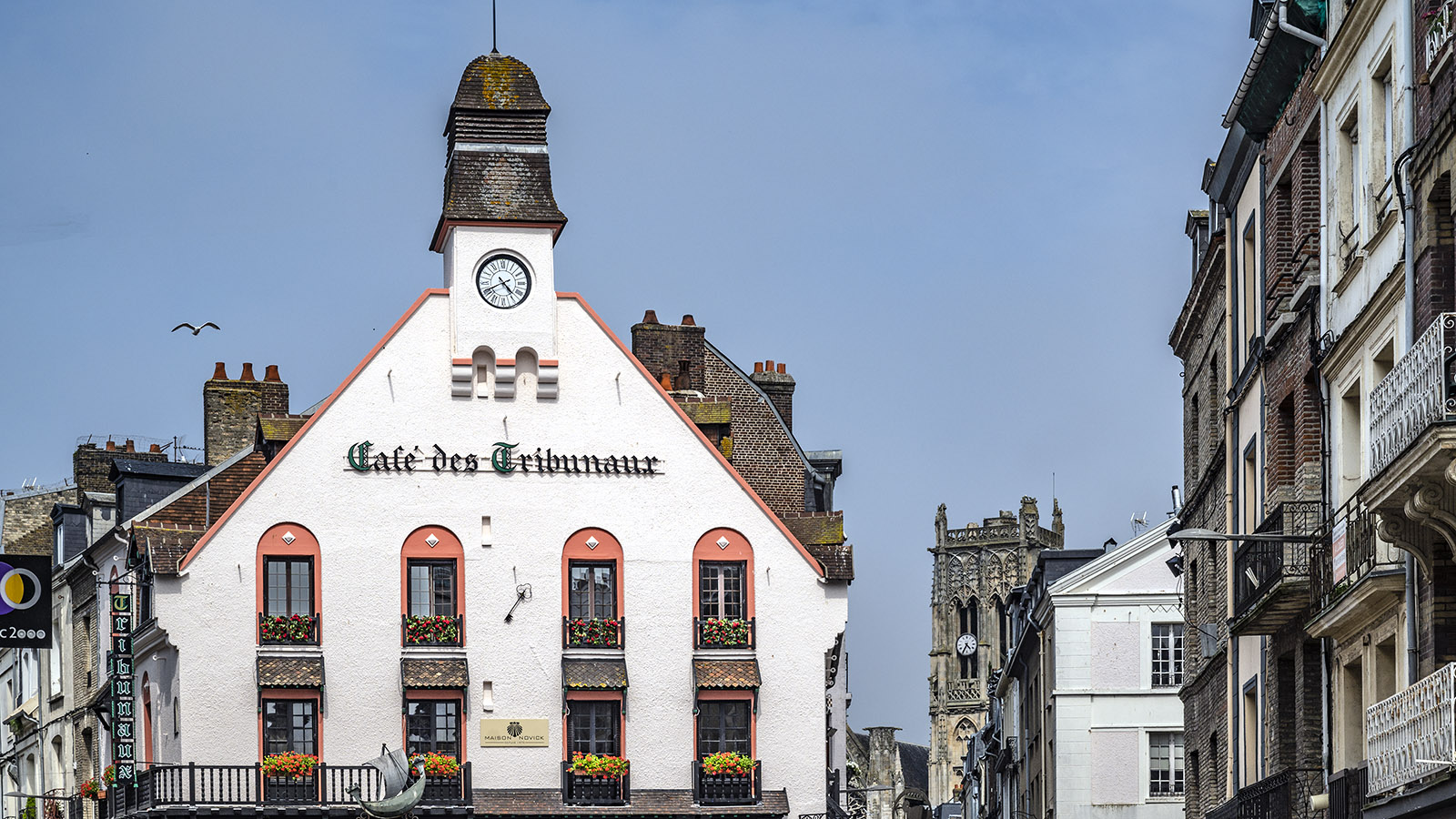 Das Cafés des Tribunaux ist seit Jahrhunderten der Treffpunkt von Einheimischen und Fremden. Foto: Hilke Maunder