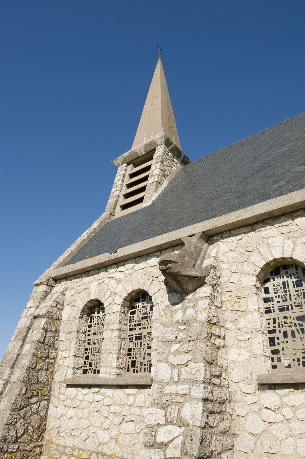 Die Kapelle von Étretat hoch oben auf der Klippe. Foto: Hilke Maunder